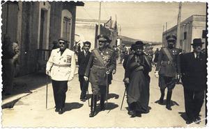 Cèsar Puget Riquer acompanyat del coronel Ramon Gotarredona i del bisbe Cardona Riera, en la commemoració del dia de la Victòria de 1948. Foto: cortesia de la família Puget.