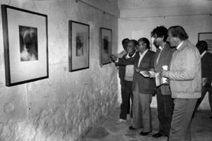 Narcís Puget Riquer, amb la mà aixecada, el 1982, al Museu d´Art Contemporani d´Eivissa en una mostra de les seues aquarel·les. Foto: Josep Buil Mayral.