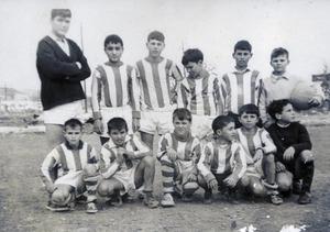 """El Club Esportiu Puig d´en Valls 1962-63. Drets: Miquel """"de la Payesa"""", """"Lluquinet"""", Pep """"Salvador"""", """"Josechu"""", Joan """"Salvador"""" i Julio Bofill; asseguts, Miguelín, José Ramon, """"Rafalet"""", De la Torre, """"Vicentico"""" i """"Brava"""". Foto: cortesia de Vicent Torres """"Lluquí""""."""