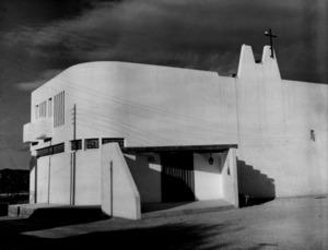 Es Puig d´en Valls. L´església del poble en una imatge dels anys vuitanta del s. XX. Després ha estat objecte de diverses reformes. És un edifici d´arquitectura moderna, obra de l´arquitecte català d´origen eivissenc Josep Ribas González. Foto: Josep Buil Mayral.