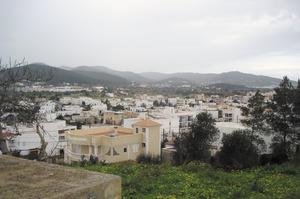Es Puig d´en Valls. Fotografia des de dalt del puig que li dóna nom, on es veu clarament l´expansió que ha sofert aquest poble els darrers decennis del s. XX. Foto: Felip Cirer Costa.