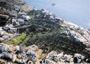 Vista aèria de la necròpolis del Puig des Molins, gairebé integrada amb la trama urbana de la ciutat. Foto: Museu Arqueològic d´Eivissa.