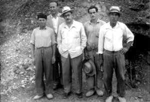 Necròpolis del Puig des Molins. José María Mañá de Angulo, el personatge central amb capell, i alguns dels seus col·laboradors en les excavacions de 1954. Foto: Museu Arqueològic d´Eivissa.