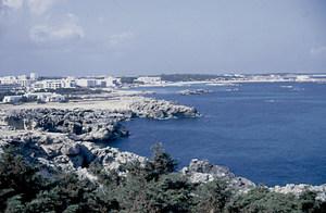Es Pujols des de la punta Prima amb l´illot de s´Aigua Dolça davant la platja. Foto: Josep Cardona Verdera.