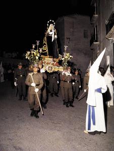 Els últims dies de la Quaresma se celebren passos i processos. La processó de Divendres Sant a la ciutat d´Eivissa. Foto: Brian Pollard / extret d´<em>Eivissa - Ibiza. L´illa d´un temps</em>.