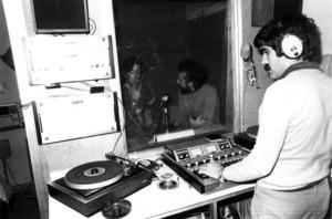 Joan Tur, a l´estudi de Radio Popular, emissora que començà a emetre el 1959, dependent del Bisbat d´Eivissa. Foto: Josep Buil Mayral.