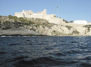Dalt Vila i es Soto des de la mar; davant s´Arany i al mig de la fotografia, la punta de la Rajada. Foto: Felip Cirer Costa.