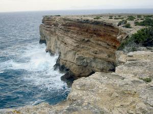 Penya-segats al vessant S de la punta Rasa, a la costa de ponent de Formentera.