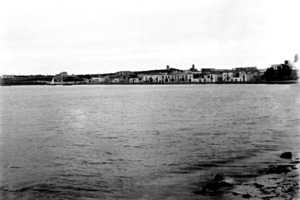 La vénda de sa Raval, del poble de Sant Antoni de Portmany, ocupa en línies generals el casc urbà. Imatge de començament del s. XX on es pot veure, a la dreta, l´església. Foto: Extret d´<em>Eivissa Antiga.</em>
