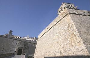 Reial Força és el nom donat al llarg dels s. XVII i XVIII a la plaça d´Eivissa, un conjunt fortificat que inclou tant el recinte urbà tancat per les muralles renaixentistes amb set baluards, com les obres de fortificació i la gent d´armes per a la defensa. És la part de la ciutat que popularment es coneix com Dalt Vila. A la foto, el baluard de Sant Joan i la porta de Mar, entrada principal de la fortalesa i emblema del somni imperial de Felip II. Foto: Vicent Marí.
