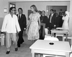 Residència d´Ancians Reina Sofia. El dia de la seua inauguració, el 1977. A la imatge, la reina acompanyada de Camilo C. Gómez i el bisbe Josep Gea. Foto: Josep Buil Mayral.