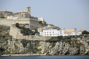 Es Revellí és l'obra de la fortificació d'Eivissa construïda al davant de l'angle capital del baluard de Santa Tecla amb la funció de protegir la Vila Nova d'un hipotètic atac des del pujol des Soto. Projectat pel Fratín, donava també solució a aquest angle mort del baluard, a fi de cobrir millor amb foc d'artilleria la bocana del port. Resta inacabat, així com la cortina que l'havia d'unir amb el baluard de Santa Llúcia tancant tot el perímetre de la fortalesa renaixentista.