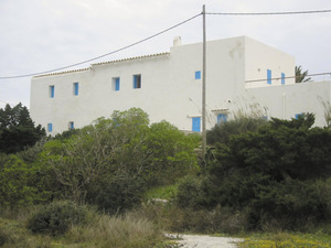 Façana posterior dels habitatges de sa Revista des de les salines de Formentera. Foto: Vicent Ferrer Mayans.