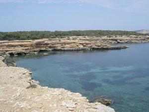 La cala Roja, a la costa de Sant Agustí des Vedrà, amb la torre d´en Rovira a la dreta. Foto: Felip Cirer Costa.