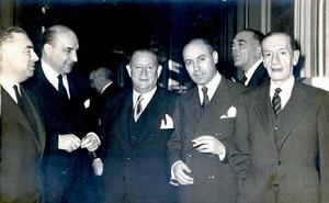 Al centre de la foto, Rafael Sáinz de la Cuesta, en una imatge de 1957. Foto: arxiu del Museu Arqueològic d´Eivissa i Formentera.