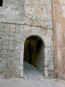 El 1302 el governador Bernat Safortesa confiscà les claus de la vila i el castell, fet que provocà un conflicte amb l´arquebisbat de Tarragona. Vista de sa Portella, un dels accessos a la vila medieval. Foto: Ernest Prats Garcia.