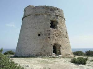 La torre de sa Sal Rossa abans de la restauració que se li va fer l´any 2008; tenia també com a missió la protecció del carregador de sal proper. Foto: Joan Josep Serra Rodríguez.