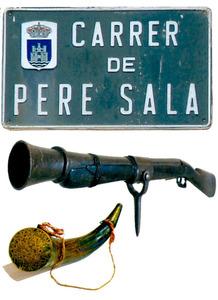 Placa del carrer que l´Ajuntament d´Eivissa va dedicar al corsari Pere Sala Medina i trabuc d´orla i corn de bòvid per guardar-hi la pólvora, utilitzats a final del s. XVIII i principi del XIX. Fotos: Pere Vilàs Gil i <em>Corsaris</em> / col·lecció la Caixa.