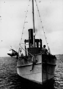 El <em>Salinas</em>, vapor de ferro que Salinera Espanyola va utilitzar des de final del s. XIX i fins a més d la meitat del XX per remolcar barcasses de sal. Foto: arxiu Domínguez.