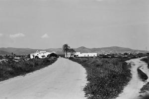 Pla de ses Salines. L´església de Sant Francesc, al costat de la carretera, vora la regió Grossa. A l´esquerra es pot apreciar la vegetació típica d´un saladar. Foto: Josep Buil Mayral.