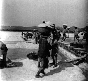 Ses Salines. Imatge de començament del s. XX, amb els traigners amb l´enorme senalla estanyolera sobre el cap. Foto: Vicente Belenguer Martínez (<em>c</em> 1910) / cortesia de Fernando Belenguer Tur.