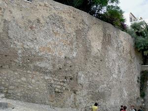 Joanot Salvà i Manresa, governador d´Eivissa, en un informe assenyalava que els murs de la murada medieval eren vells i es trobaven en mal estat; a la fotografia, fragment de la murada medieval, al carrer de Sant Josep. Foto: Ernest Prats Garcia.
