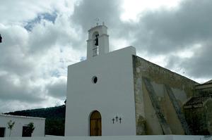 El temple parroquial de Sant Agustí des Vedrà s´aixecà a la part de migjorn del puig des Vedrà. Foto: Chus Adamuz.