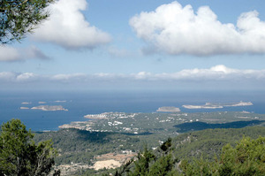 La costa de Sant Agustí des Vedrà, que s´estén des de cala Molí fins a la badia de Portmany, inclou les illes de ses Bledes, de s´Espartar, des Bosc i de sa Conillera. Foto: Chus Adamuz.