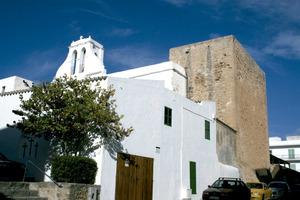 Sant Antoni de Portmany. L´església i la torre formen un conjunt inseparable i present des de l´inici de la creació del teixit urbà del poble. Foto: EEiF.