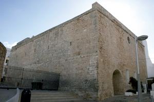 Municipi de Sant Antoni de Portmany. Església de Sant Antoni amb la seua característica nau rectangular troncopiramidal, de murs molt gruixuts. Foto: EEiF.