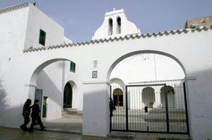 Sant Antoni de Portmany. Façana i pati de l´església parroquial. Foto: Joan Antoni Riera.