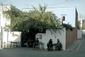 Sant Carles de Peralta. Cafè de Ca n´Anneta, que antigament es coneixia com Can Pep de sa Botiga, tot recordant la funció també de botiga. Foto: Chus Adamuz.