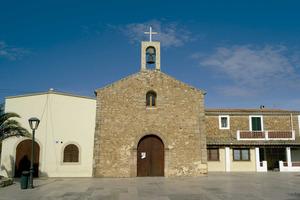 Temple de Sant Ferran de ses Roques, flanquejat pel saló parroquial i la casa del mossènyer. Foto: Joan A. Parés.