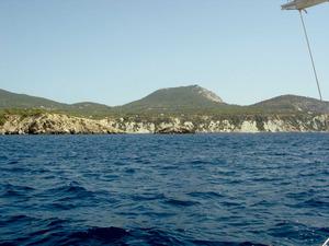 Sant Josep de sa Talaia. La costa de Cala d´Hort amb el puig d´en Serra, al fons. Foto: EEiF.