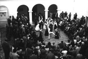 Sant Miquel de Balansat. Ball folklòric al pati de l´església. Foto: Josep Buil Mayral.
