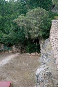 Entrada de la cova de la capella de Santa Agnès, explorada per Artur Pérez Cabrero el 1907. Foto: Felip Cirer Costa.
