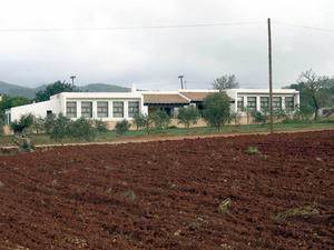 Santa Agnès de Corona. Les escoles del poble, vora la carretera. Foto: Marta Tur Tur.