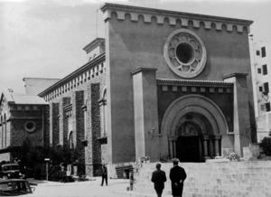 El temple de la parròquia de la Santa Creu, de notòria inspiració neoromànica, en una imatge de començament dels anys setanta del s. XX. Foto: Josep Buil Mayral.