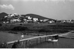 Municipi de Santa Eulària des Riu. Imatge de començament dels anys setanta del s. XX, amb l´antic pont que salvava el riu vora la desembocadura. Foto: Josep Buil Mayral.