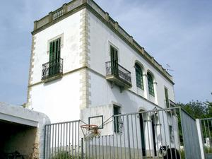 Santa Gertrudis de Fruitera. Un exemple de casa molt allunyada del model constructiu típic: can Roig, a la vénda des Savions. Foto: EEiF.