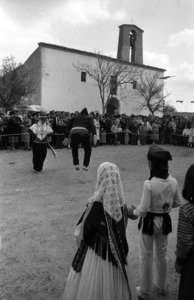 Santa Gertrudis de Fruitera. Festa a la plaça del poble, en una imatghe dels anys setanta del s. XX. Foto: Josep Buil Mayral.