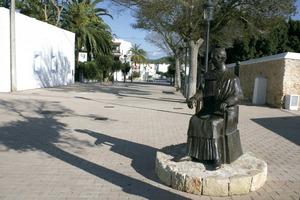 Santa Gertrudis de Fruitera. El 2009 s´inaugurà el monument dedicat a Manuel Abad y Lasierra, primer bisbe d´Eivissa i promotor de la divisió parroquial de les Pitiüses. L´autor és Pedro Juan Hormigo. Foto: EEiF.