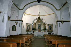 Santa Gertrudis de Fruitera. Interior del temple, que destaca d´altres temples rurals pitiüsos pels ornaments de les parets laterals i de la volta. Foto: EEiF.