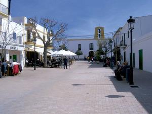 Santa Gertrudis de Fruitera. Plaça del poble i església. Aquest poble ocupa el centre geogràfic de l´illa d´Eivissa. Foto: Marta Tur Tur.