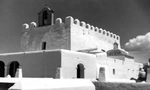 Durant el seu període de governació, Isidoro Sanz Galbes establí una reserva eucarística a les vicaries rurals, com la de Sant Jordi, per a l´atenció de la incipient població forana. Foto: Josep Buil Mayral.