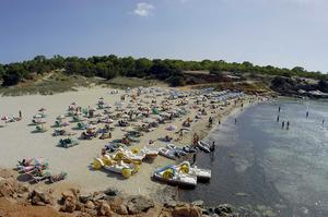 La platja de cala Saona, a la costa de ponent de Formentera, ha esdevengut un important nucli turístic. Foto Pins.