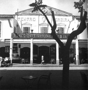 Sección Femenina, a més d´un local al passeig de Vara de Rey, també ocupà el primer pis del Teatre Pereira com a seu. Foto: Cas Oorthuys / Arxiu d´imatge i so del Consell d´Eivissa.