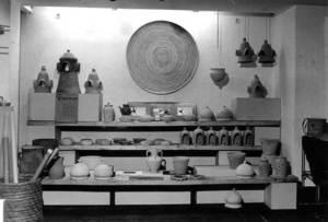 """Imatge corresponent a l´exposició del Pimer mercat d´oficis, organitzada per Jutta von Seht a la Sala de Cultura de """"Sa Nostra"""" el 1983. Foto: Arxiu de Marià Planells Cardona."""