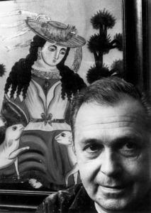 Guy Selz a París, el 1959, amb un quadre que havia decorat el bar Migjorn del port d´Eivissa. Foto: extret de <em>Jean Selz</em>.
