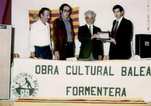 El professor i primer president de l´Obra Cultural Balear de Formentera Vicent Serra Ferrer –Blai– (el segon per l´esquerra). Foto: arxiu de Vicent Ferrer Mayans.